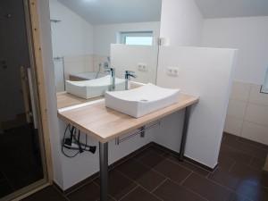 Badezimmer mit Eingang zur Sauna